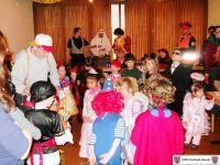 der Vorsitzende Hans Joachim Fey teilt die Kostüme ein