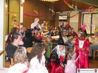 Eltern und Kinder, bunt maskiert, beim gut besuchten Maskenball 2014